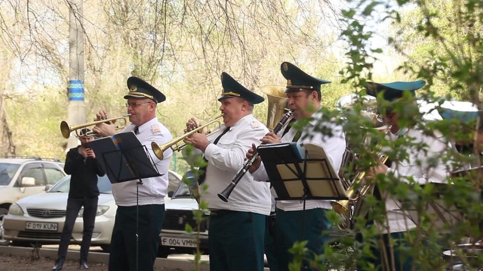 Концерты для ветеранов в Костанае проходят во дворах