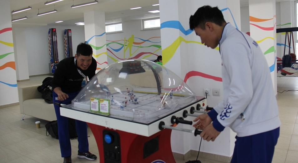На Универсиаде в Атлетической деревне спортсмены покупают чипсы и играют на автоматах