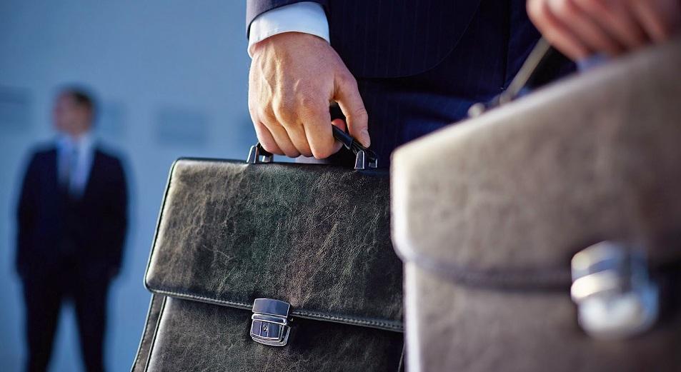 Административных госслужащих сократили почти в два раза