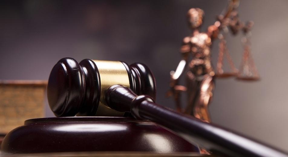 Судебного исполнителя с кувалдой исключили из палаты