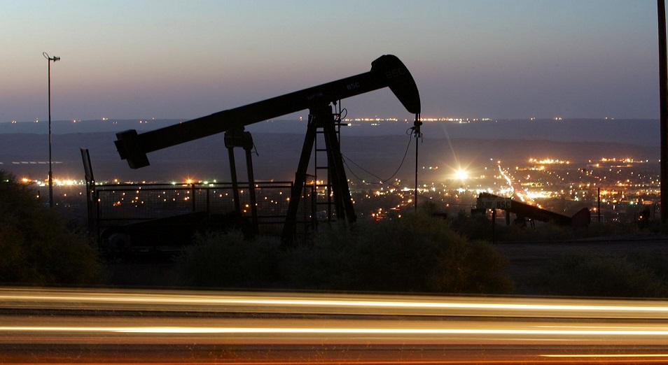 Тенге падает вместе с нефтью