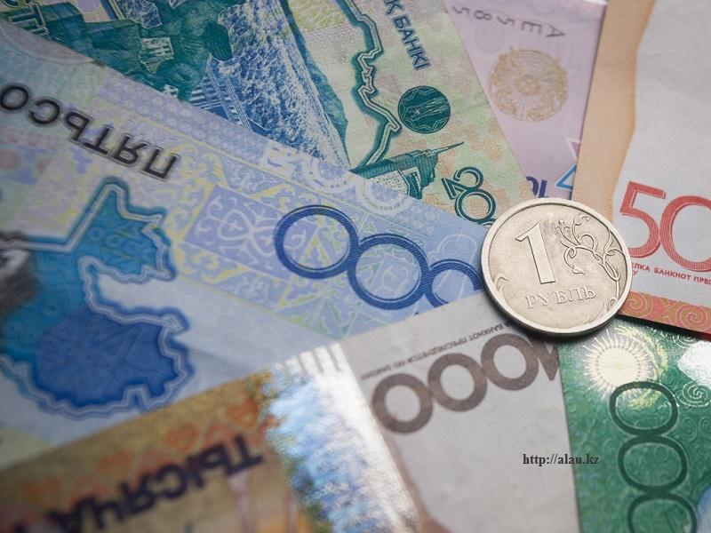 Российские эксперты заявили, что тенге может ослабнуть до 400 за доллар