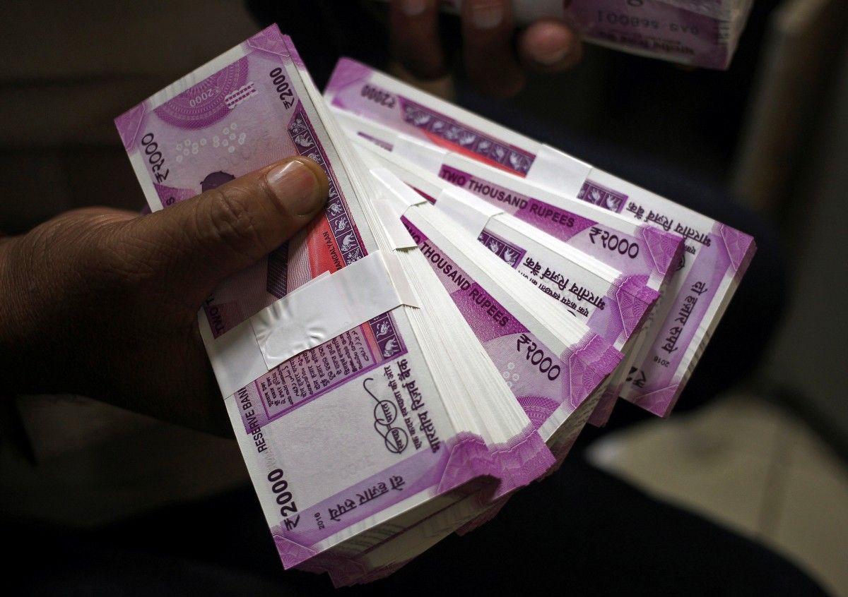 Индийская рупия обвалилась до рекордно низкого уровня