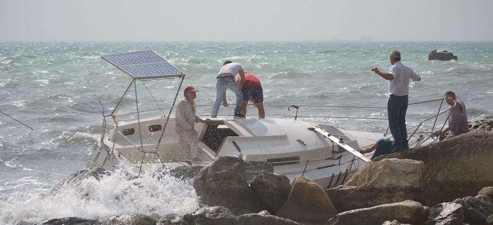 Яхту выбросило на скалы в Актау