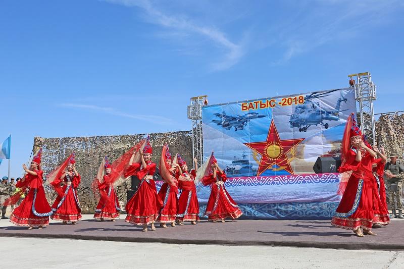 На полигоне военнослужащие посмотрели выступление филармонии Мангистауской области, полигон, Филармония, Мангистауская область