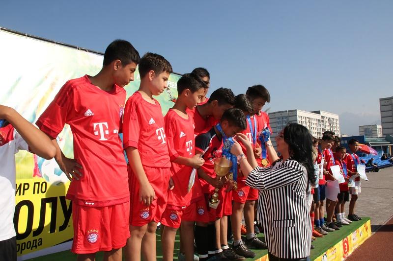 На Almaty Arena около 60 команд школьников сыграли в футбол