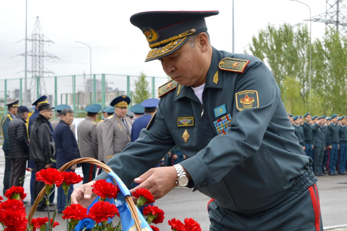 В Астане прошел митинг, посвященный памяти первого министра обороны Казахстана