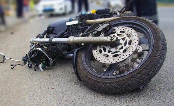 Мотоциклист врезался в Volkswagen в Алматы