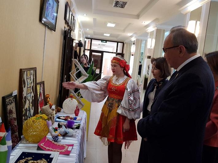 Сенаторы посетили Аккольский детдом в Акмолинской области