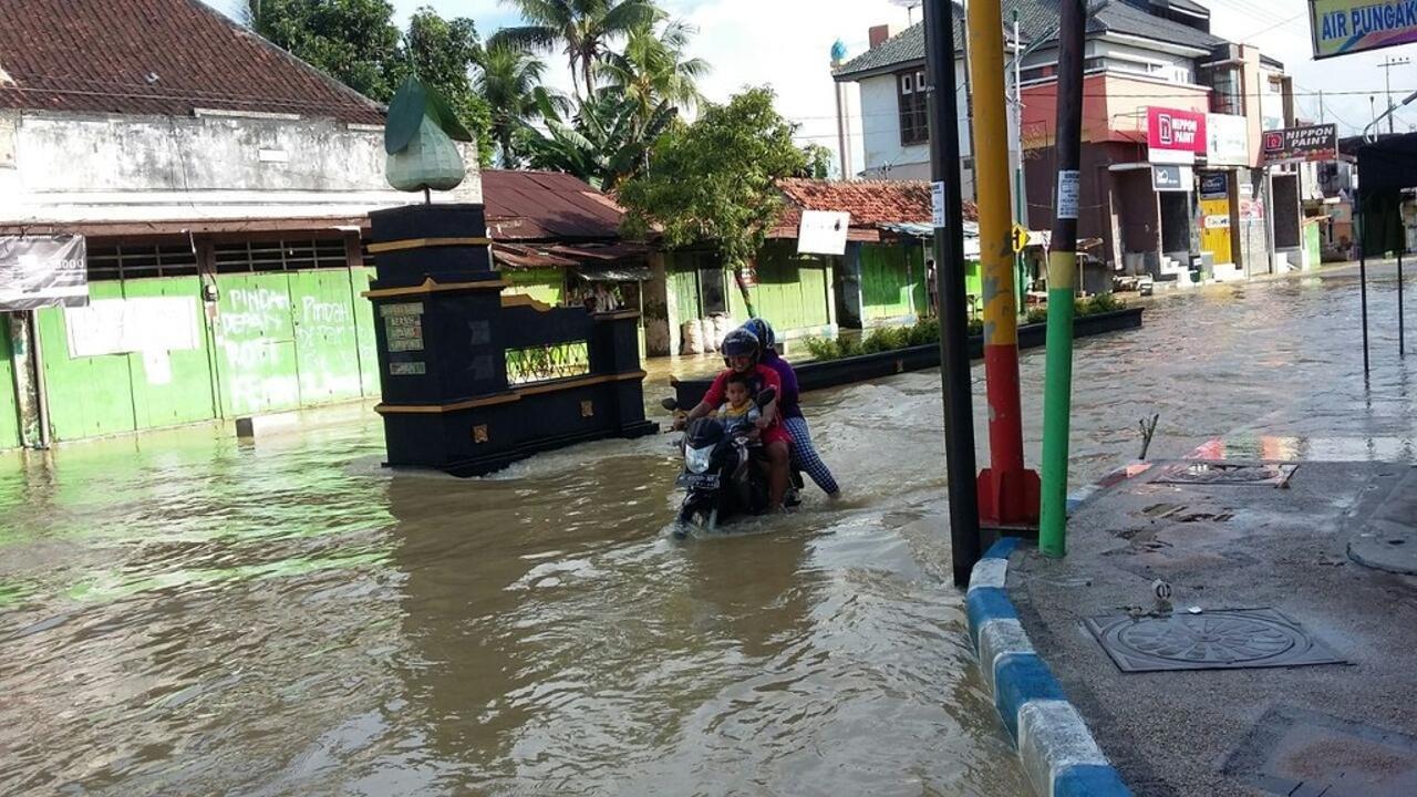 В Индонезии спасатели нашли пропавших из-за наводнения 17 детей
