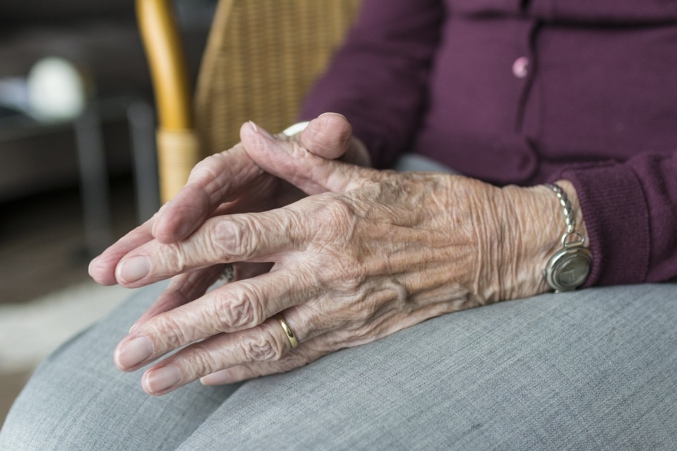 В среднем возраст умерших от коронавируса составляет 75 лет