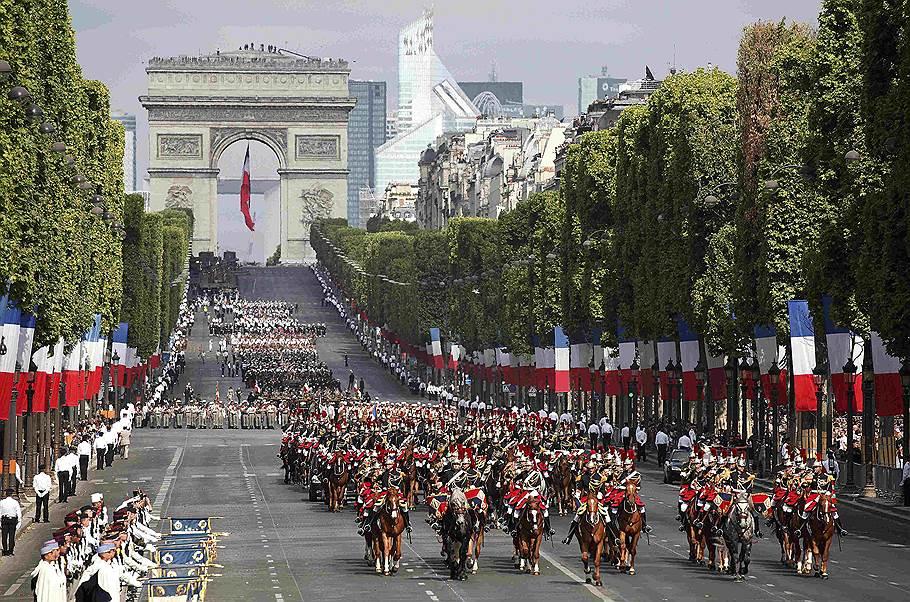 В Париже проходит парад в честь Дня взятия Бастилии