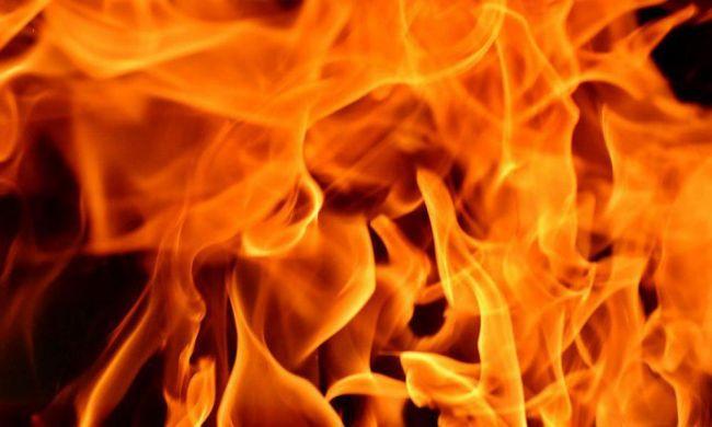 В Актау автомобиль врезался в дом: шестиэтажку охватил пожар