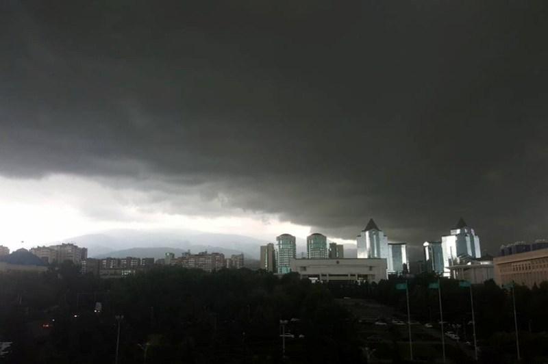 В Алматы пытаются ликвидировать потоп из-за ливня