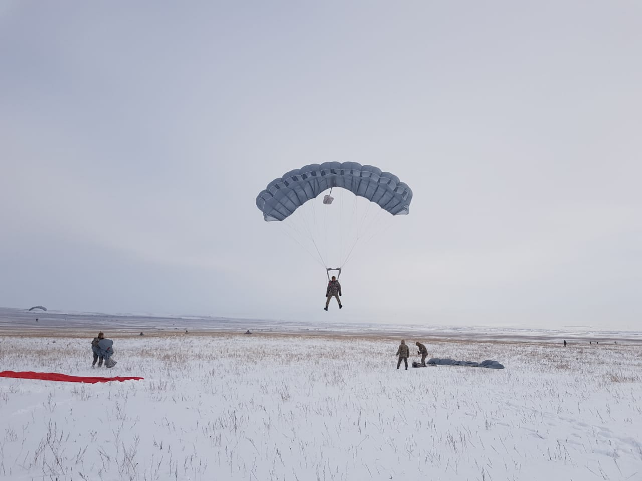 1000 воинов-десантников совершили парашютные прыжки