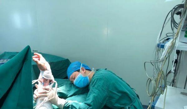Хирург операция жасап жатып ұйықтап кетті, қызық жаңалықтар, Қытай, дәрігер, ота