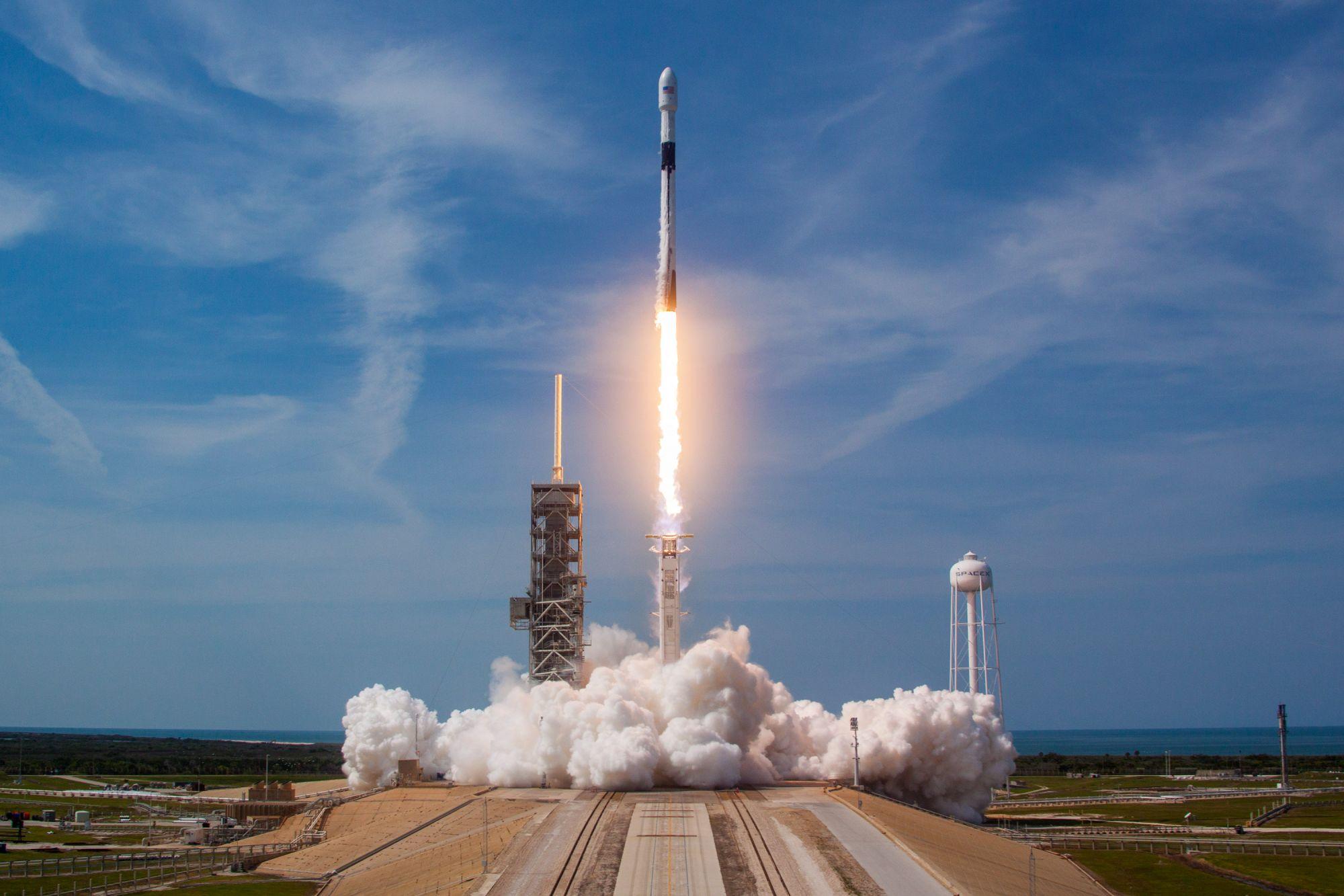 Ракету с пилотируемым кораблем «Союз МС-12» установили на стартовый стол на Байконуре