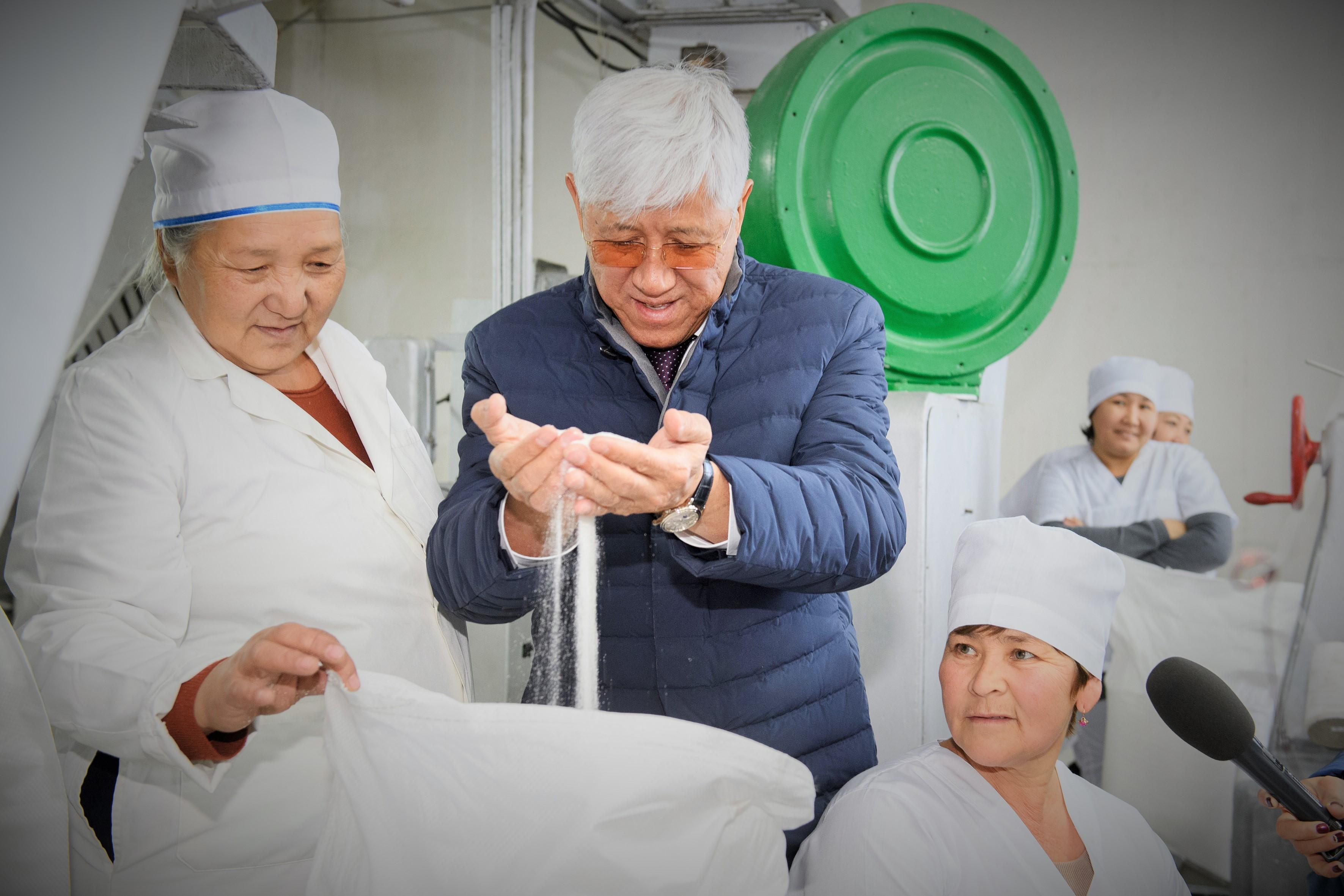 После модернизации на Аксуском сахарном заводе получен первый сахар нового урожая