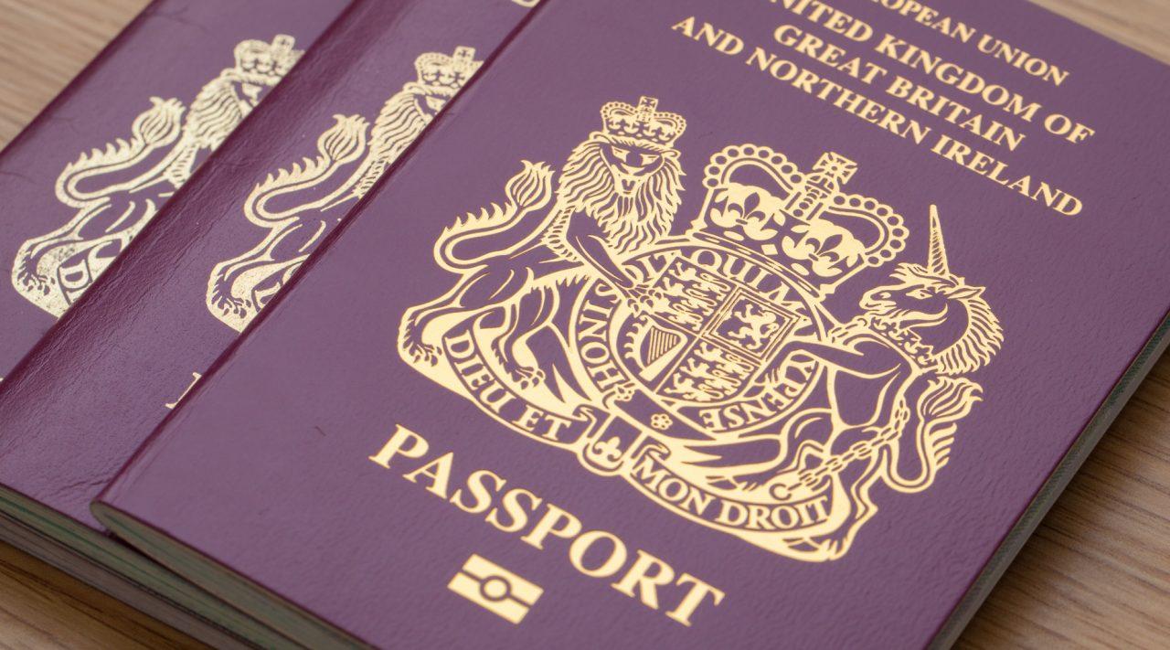 Великобритания начала выдавать паспорта без упоминания Евросоюза