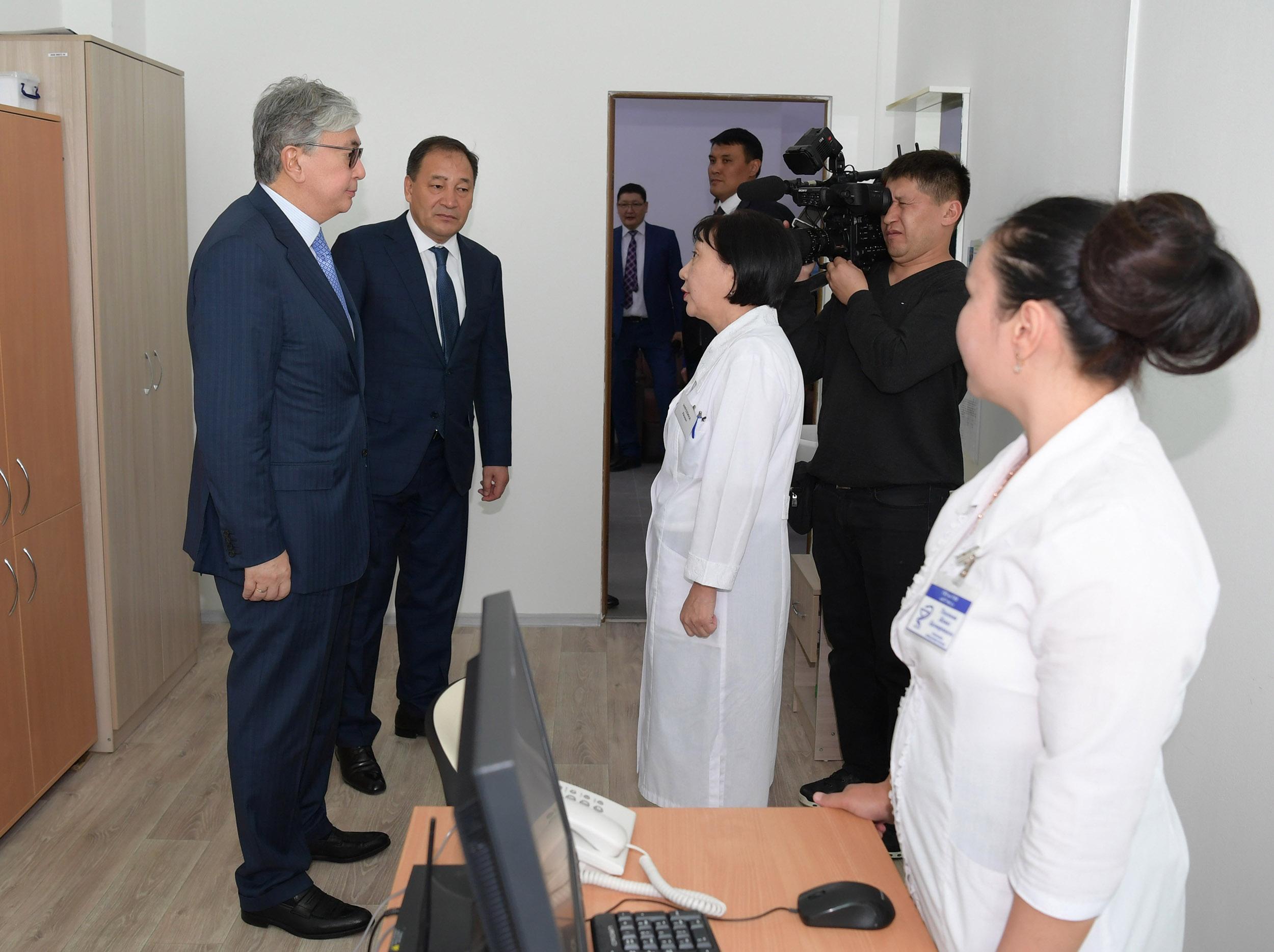 Касым-Жомарт Токаев посетил Актаускую городскую поликлинику № 2