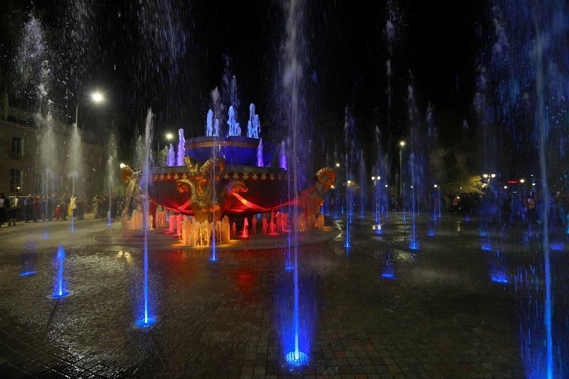 Семь светодинамичсеких фонтанов стали завершением благоустройства площади в Талдыкоргане