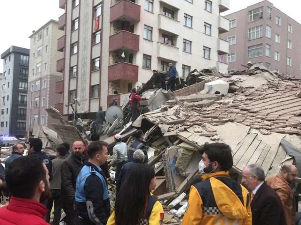 15 человек погибло при обрушении дома в Стамбуле