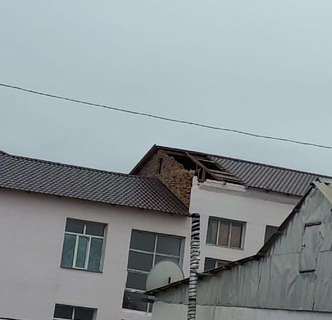Ураганный ветер сорвал кровлю школы в Атырауской области