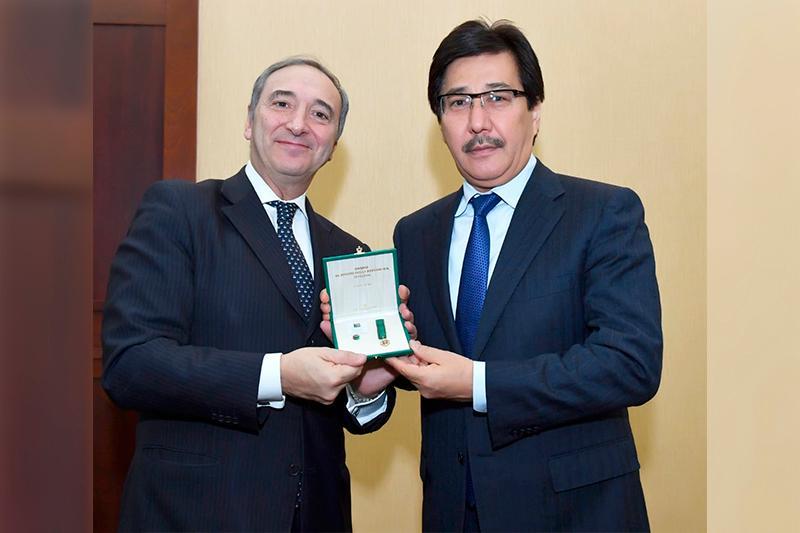 Посол Италии вручил орден ректору КазНУ имени Аль-Фараби