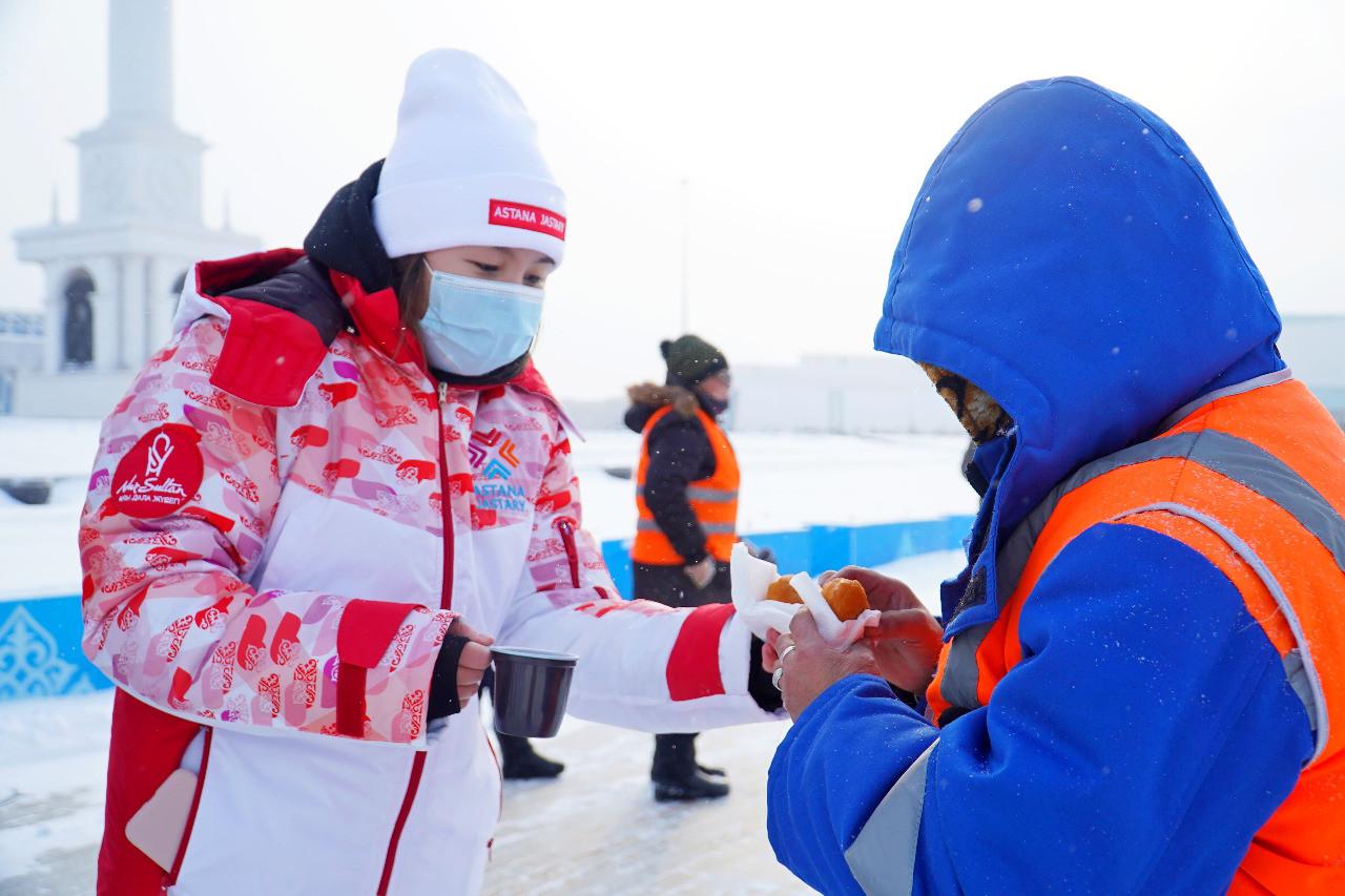 Волонтеры столицы помогли очистить дворы от снега