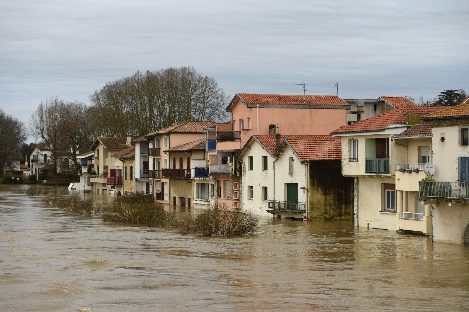 В 11 департаментах Франции введен повышенный уровень опасности из-за непогоды
