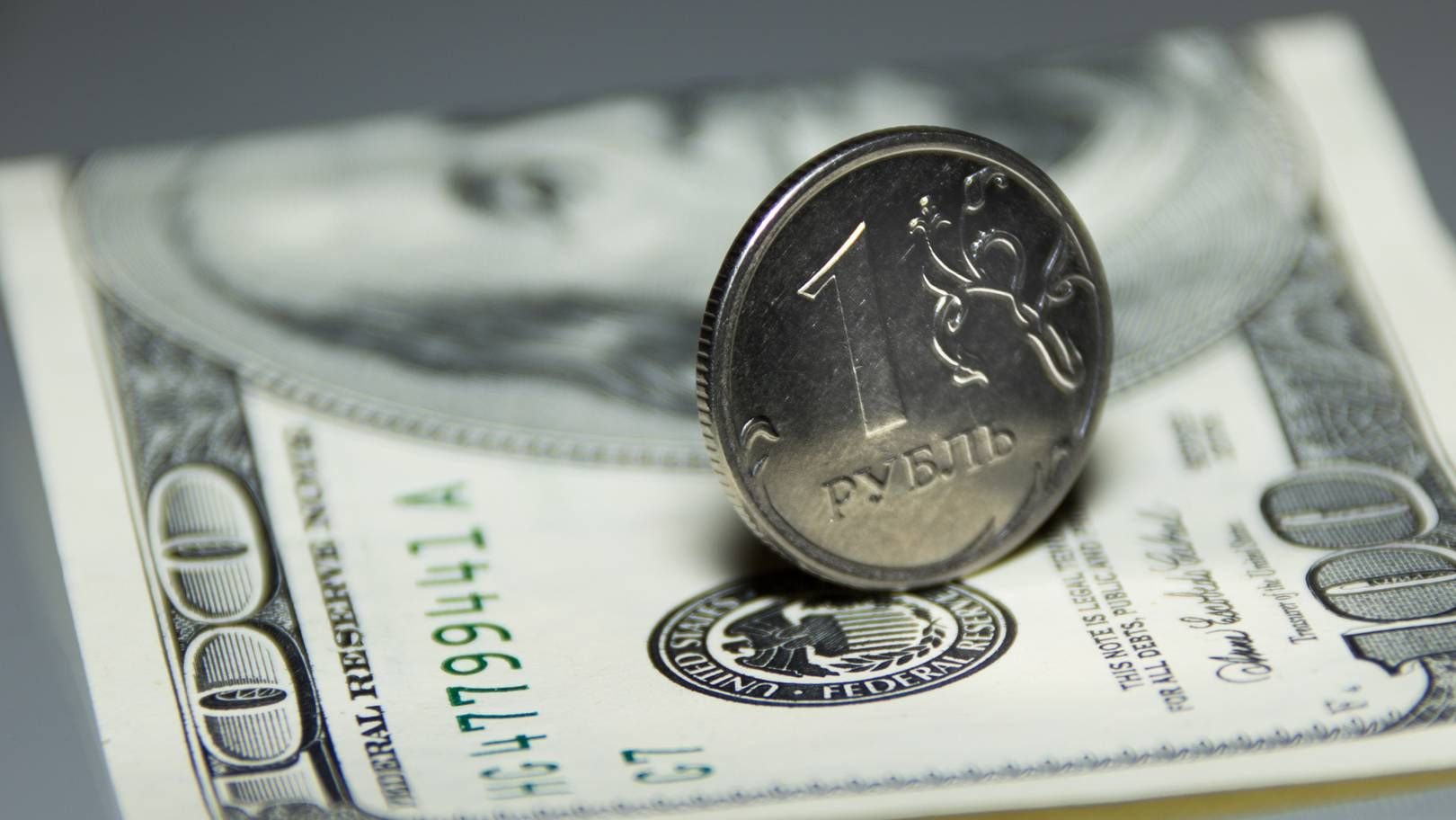 Рубль за год подешевел по отношению к доллару на 17,5 процента