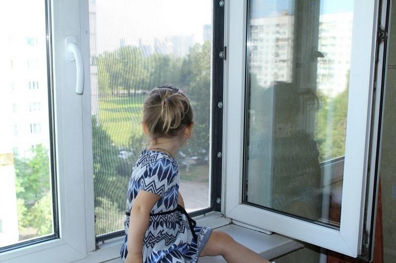 Дети могут выпасть из окна: что надо знать и помнить родителям