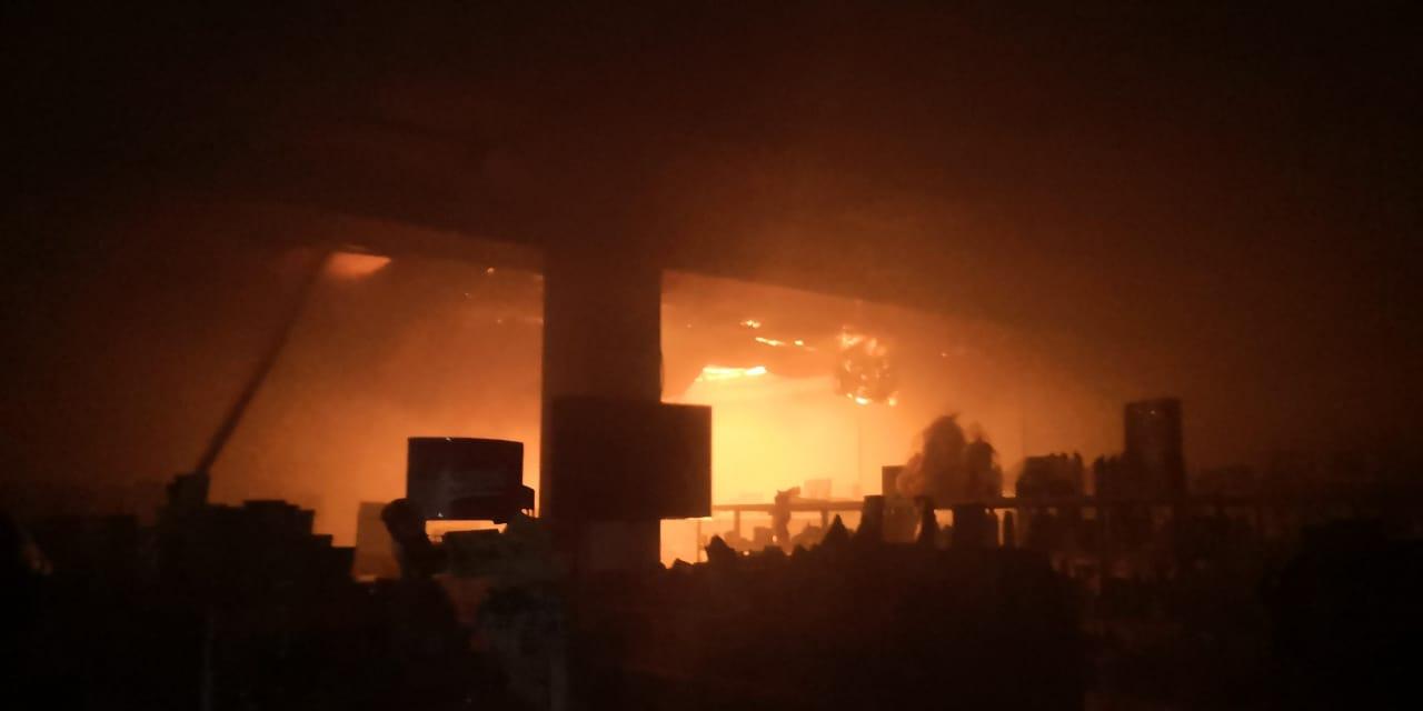 Пожар на крыше бани в Таразе перекинулся на кафе и магазин