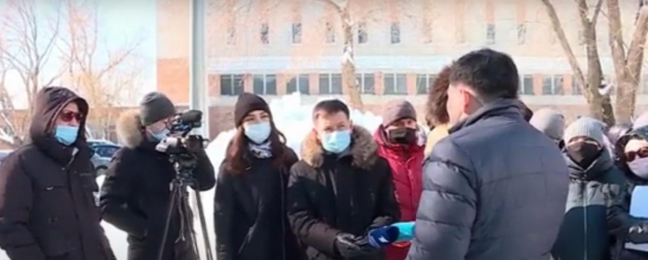 В Усть-Каменогорске молодые семьи штурмовали ЦОН