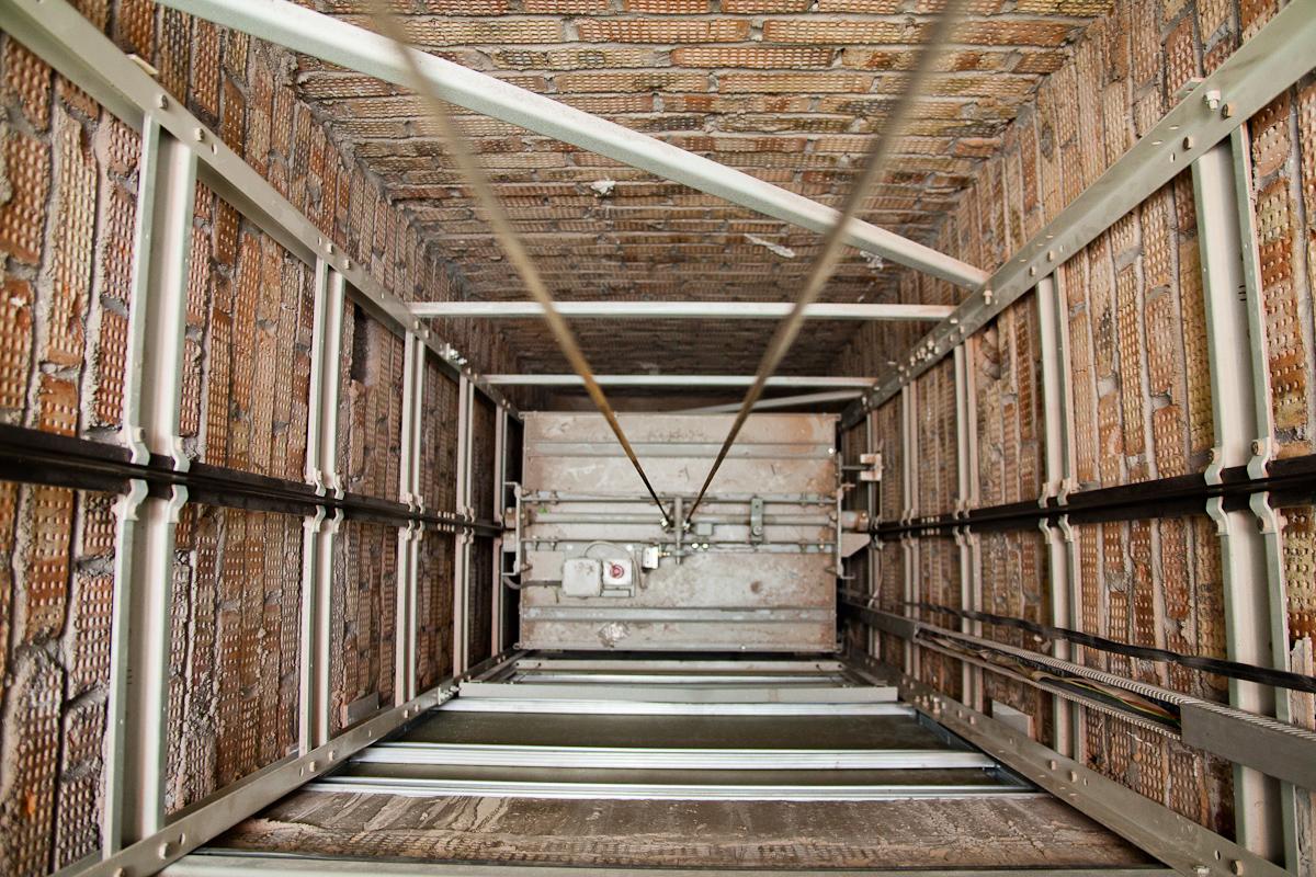 Двое пострадали при падении лифта в многоэтажке Атырау, пострадавшие, падение, Лифт, Атырау