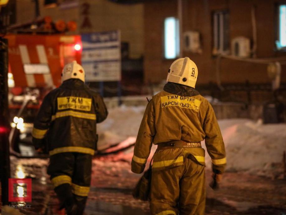 В Семее при пожаре эвакуировали более 90 человек