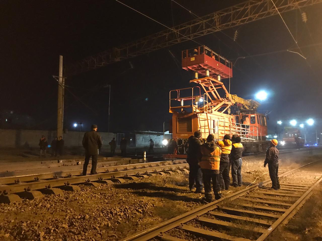 В Шымкенте на железнодорожной станции произошел сход 13 вагонов с опрокидыванием