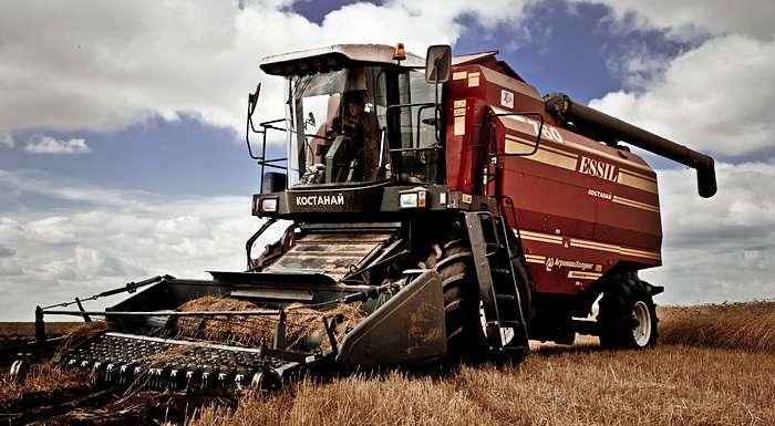 Казахстан экспортирует в Таджикистан сельхозтехнику и локомотивы
