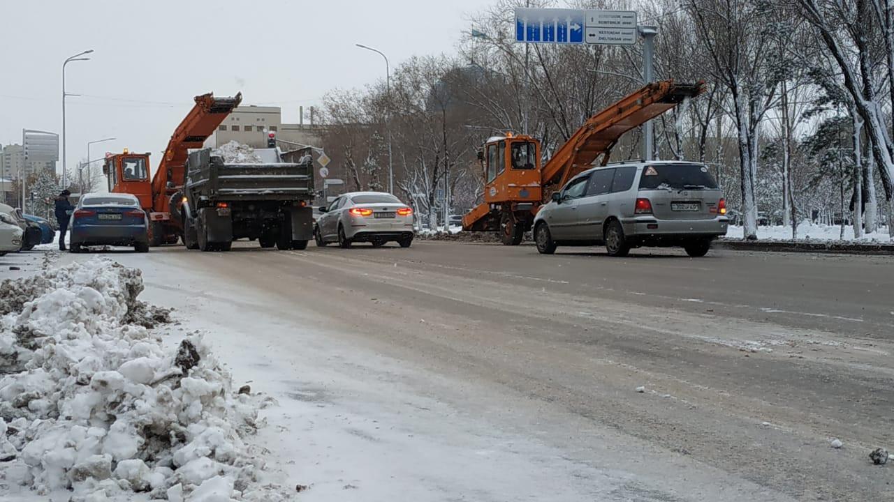632 единицы спецтехники занимаются уборкой снега в Астане