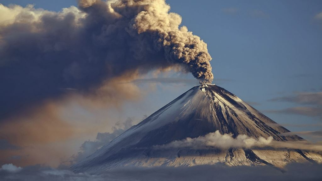На юге Индонезии начал извергаться вулкан Левотоло