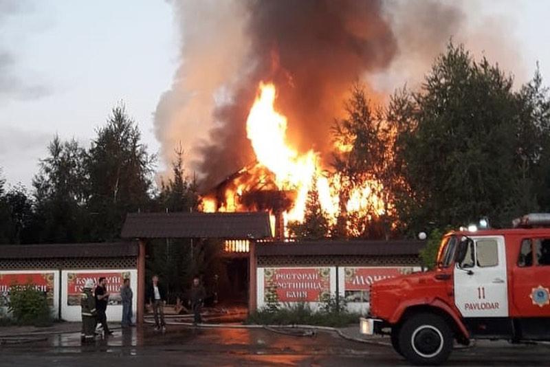 В Павлодаре сгорел ресторанно-гостиничный комплекс «Усадьба»