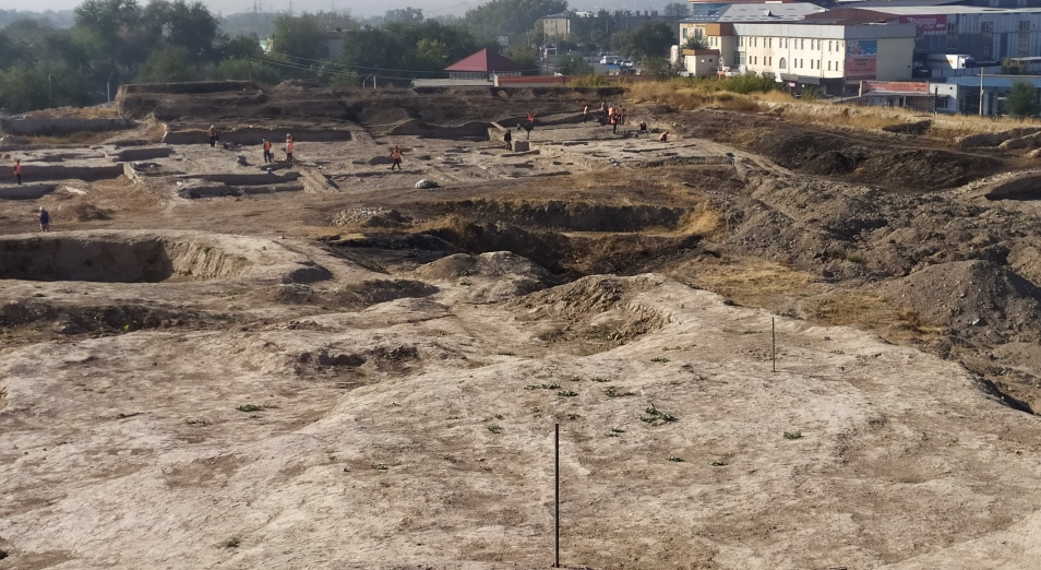 Археологи и реставраторы древней цитадели Шымкента работают в долг