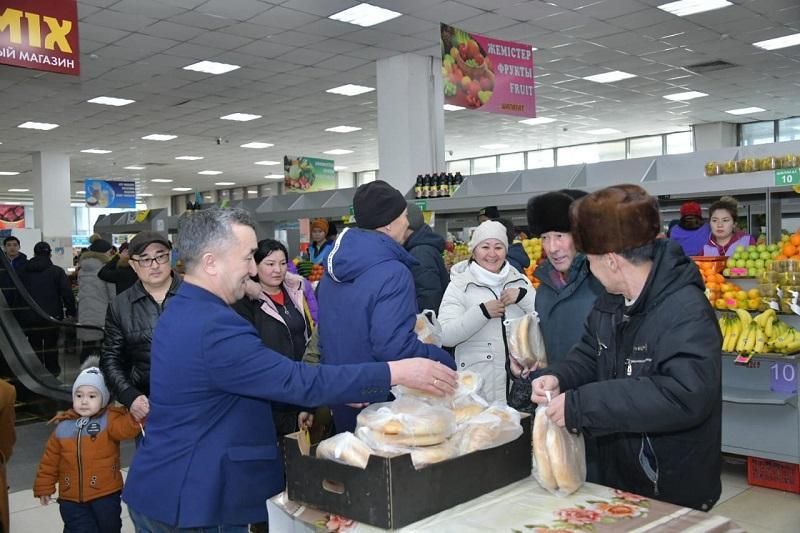 Пенсионерам бесплатно раздавали хлеб в столице