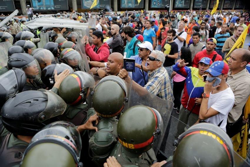 В ходе беспорядков в Каракасе пострадали по меньшей мере 71 человек