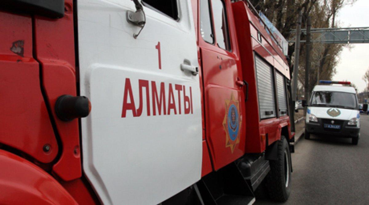 В Алматы более 30 пожарных тушили здание стройфирмы