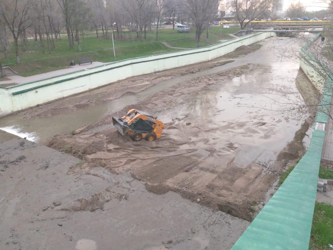 В Алматы очищают русло реки Есентай