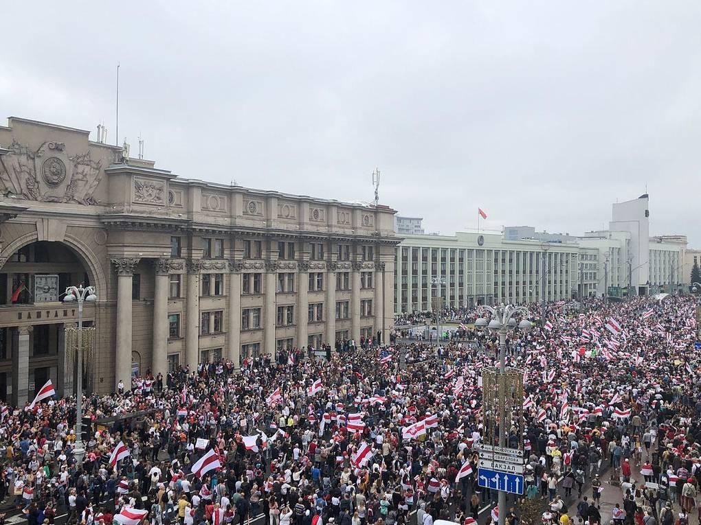 "Протестующие в центре Минска начали движение к гостинице ""Планета"""