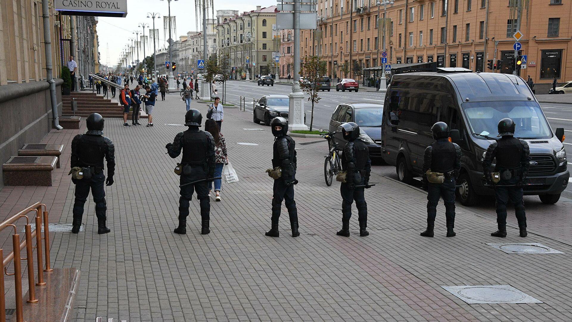 В центр Минска выдвинулись автобусы с силовиками и спецтехника