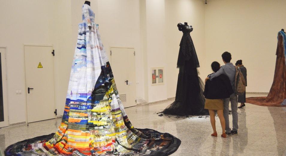 Платья цвета нефти, неба и Европы, мода, Дизайн, Выставка, Франция, Европа