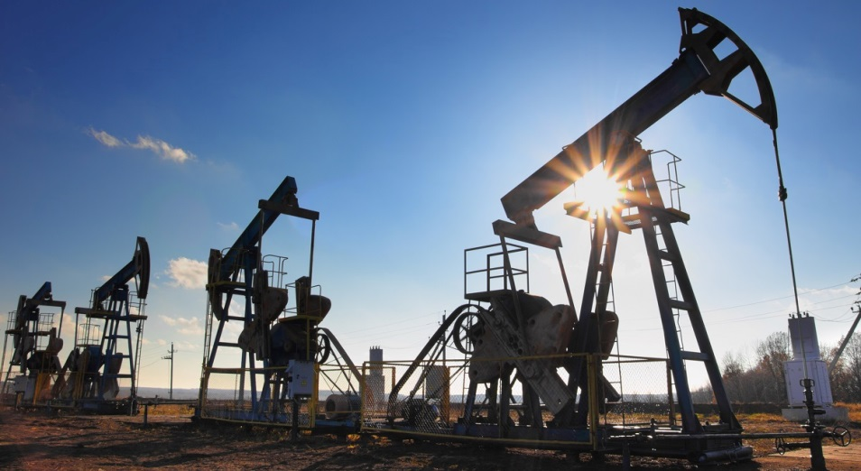 Нефть сохранила позиции, тенге ждет падение до 450 за доллар